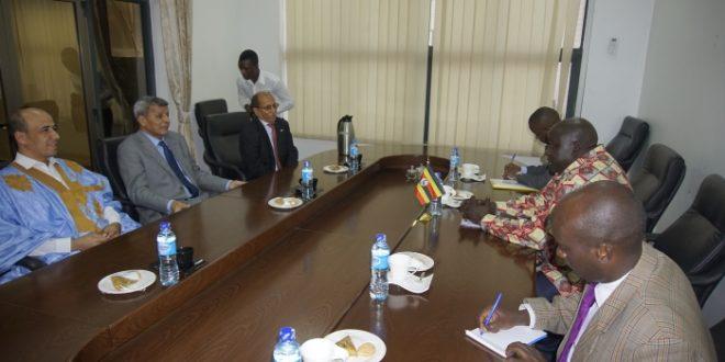 وزير الشؤون الافريقية يُستقبل بمقر الخارجية الاوغندية رفقة وفد، و موضوع تعزيز العلاقات الثنائية و تنسيق المواقف يتصدر المحادثات.